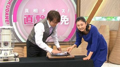 レコードを触る菊川怜